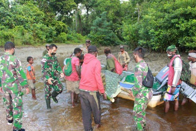 Hendak Melahirkan, Warga Kampung Kondo Dievakuasi Satgas Pamtas RI-PNG Yonif 125 ke Puskesmas Neukenjerai