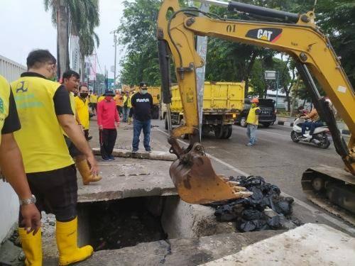 Plt Wali Kota Medan Pimpin Pembersihan Drainase di Jalan SM Raja, Ada Temuan Kabel Fiber Optik dan Ban Bekas