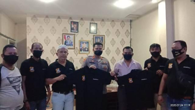 Pewarta Polrestabes Medan Serahkan Baju Uniform Pewarta ke Kapolsek Medan Area