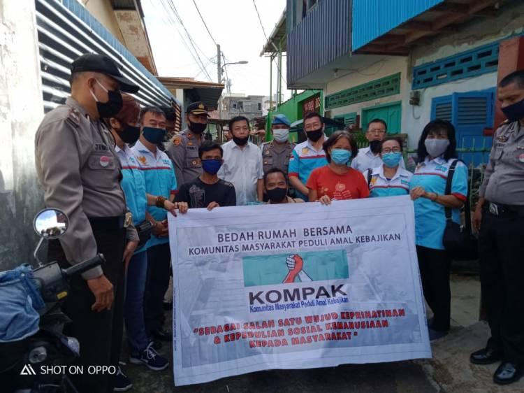 Polsek Medan Area Bersama KOMPAK Bedah Rumah Warga Kurang Mampu