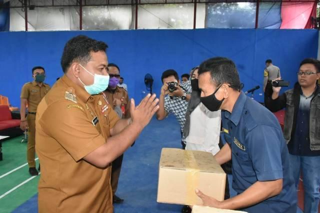 Wali Kota Serahkan Bantuan Kepada Para Pekerja Parekraf di Kota Tanjungbalai