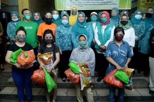 TP PKK Sumut dan TP PKK Kota Medan Berbagi Sembako untuk 200 Pedagang di Pusat Pasar