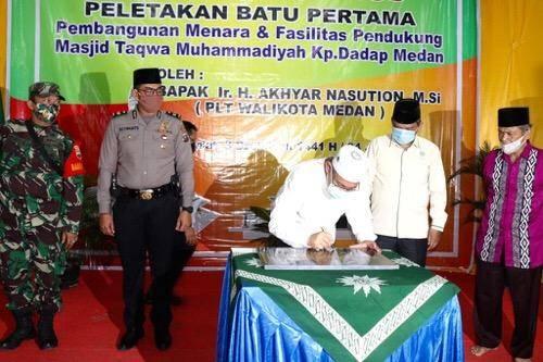 Pembangunan Menara Masjid Taqwa Kampung Dadap, Akhyar Nasution Letakkan Batu Pertama