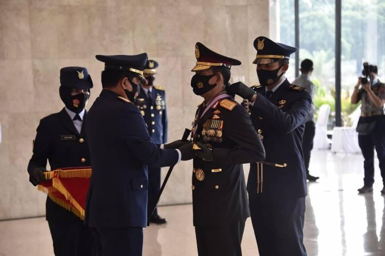 Panglima TNI Sematkan Tanda Kehormatan Bintang Angkatan Kelas Utama Kepada Kapolri