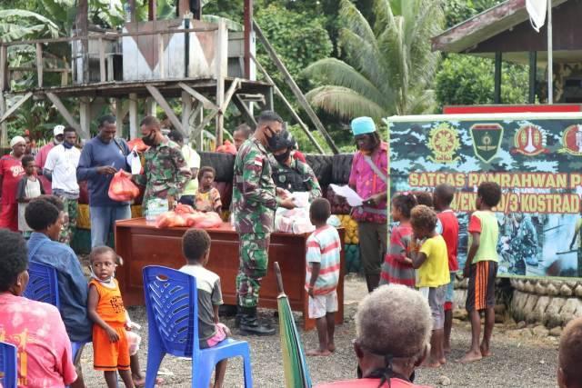 Satgas Yonif 754 Berbagi Sembako untuk Warga Kampung Nayaro Papua