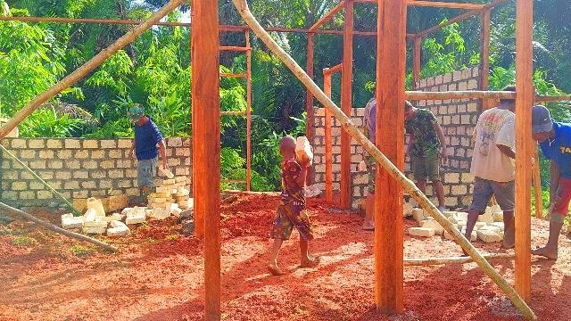 Anak-Anak Kampung Natabui-Toweta Bantu Sukseskan TMMD 108 di Yapen Barat