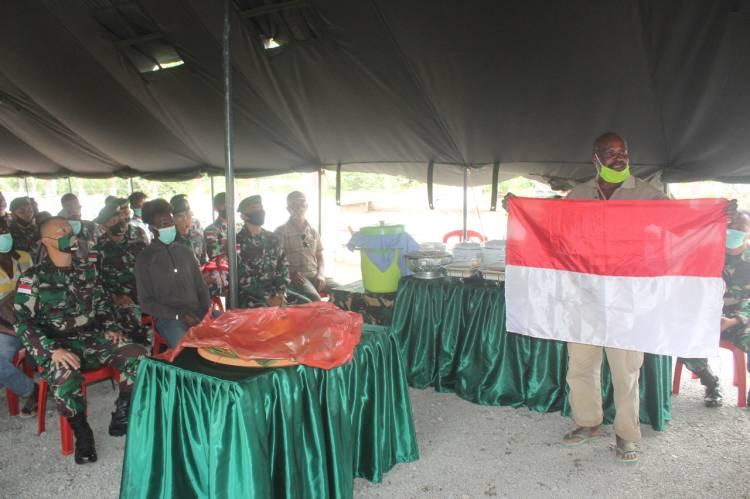 Merajut Tali Persaudaraan Sesama Anak Bangsa, Satgas Yonif 125 Ajak Warga Makan Bersama Sekaligus Bagikan Bendera Merah Putih