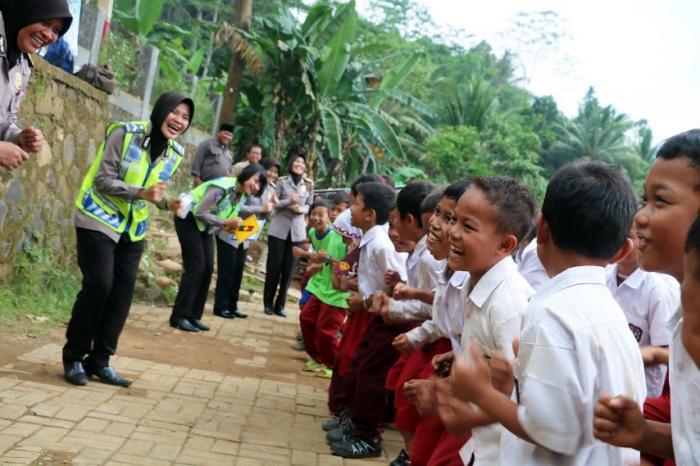 Polwan Berikan Bantuan Alat Sekolah dan Hiburan Pada Anak-anak Korban Banjir