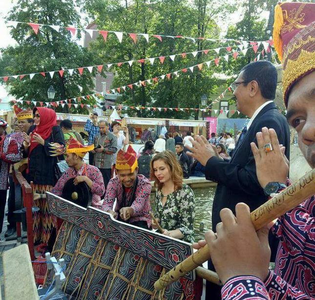 Erry Kenalkan Budaya dan Pariwisata Sumut pada Festival Indonesia di Moskow