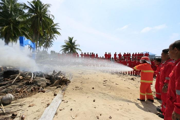 Bakamla RI Ajarkan Teknik Padamkan Api dan Penyelamatan Laut ke Masyarakat Desa Maritim Cemaga