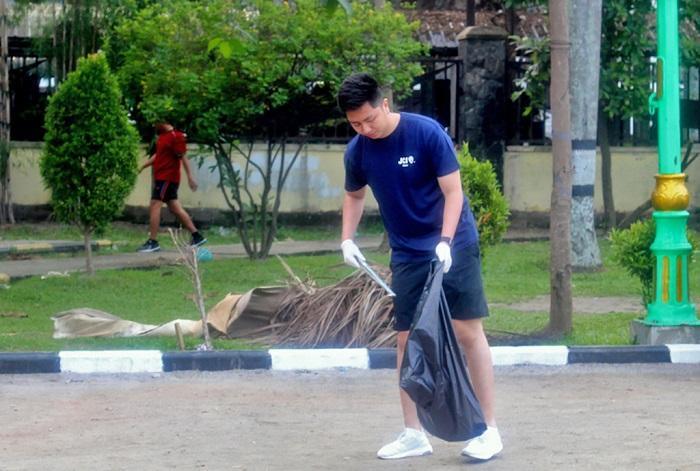 Tengku Ryan Nuradi Pungut Sampah Sambil Olahraga