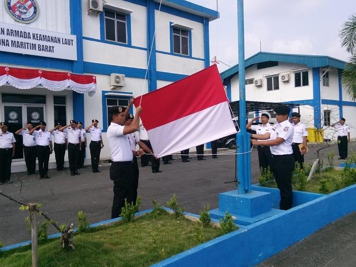 Komandan Kapal Patroli Terbesar Bakamla RI Pimpin Upacara HUT RI di Zona Barat