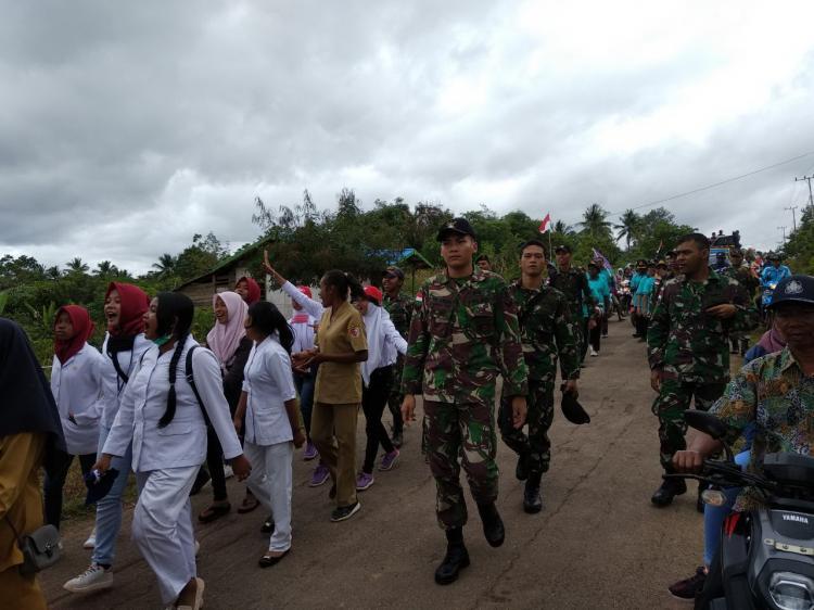 Sambut HUT RI, Prajurit TNI Bersama Masyarakat Perbatasan Meriahkan Karnaval