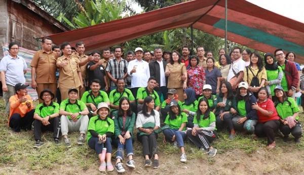 Kadis Ketahanan Pangan Tobasa Pandu Masyarakat Desa Motung Praktekkan Pembuatan Pupuk dan Pestisida Organik