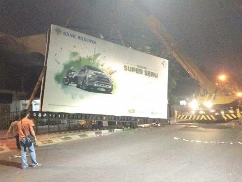 Satpol PP Bongkar 18 Papan Reklame Bermasalah di Ruas Jalan Kota Medan