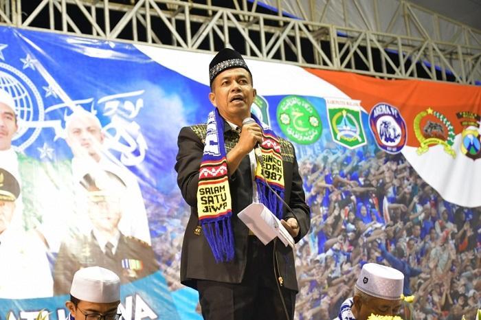 Danrem 083/Baladhika Jaya Kenakan Syal Arema FC di Stadion Kanjuruhan Malang