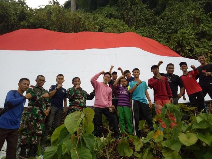 Saka Bahari dan SPKKL Bakamla Sambas Kibarkan Bendera Merah Putih di Gunung Gajah Pemangkat