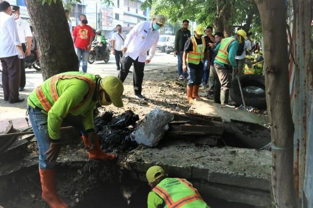 Plt Wali Kota Medan Pimpin Pengangkatan Sendimentasi Parit Sepanjang Jalan Gunung Krakatau