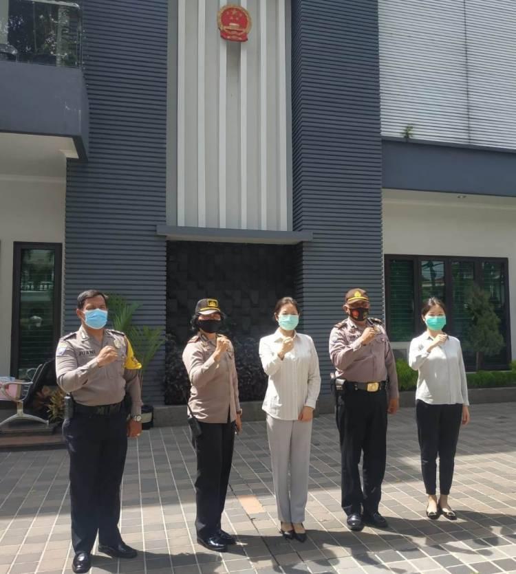 Polsek Medan Baru Terima Bantuan Masker dari Konjen Tiongkok Ms Qiu Weiwei