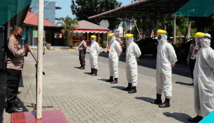 Dit Samapta Polda Sumut Semprot Disinfektan di Sejumlah Jalan Protokol Kota Medan