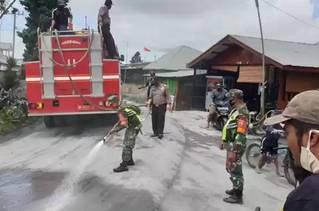 Sinergitas TNI-Polri dan Tim Gabungan Bersihkan Debu Erupsi Gunung Sinabung di 4 Kecamatan