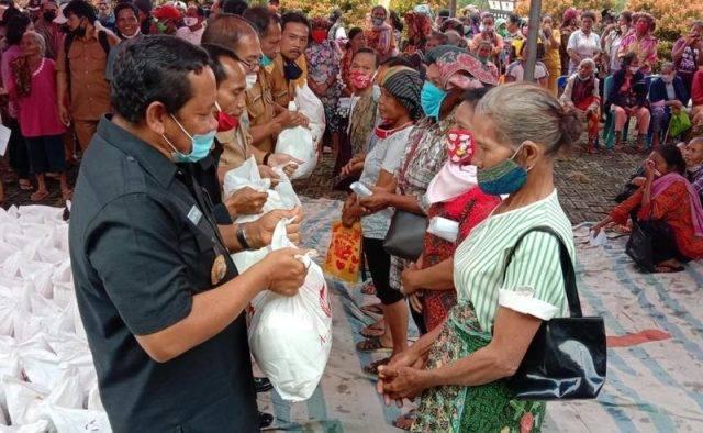 Pemkab Samosir Salurkan Bantuan Pangan Marianna Foundation Parna Raya ke Warga