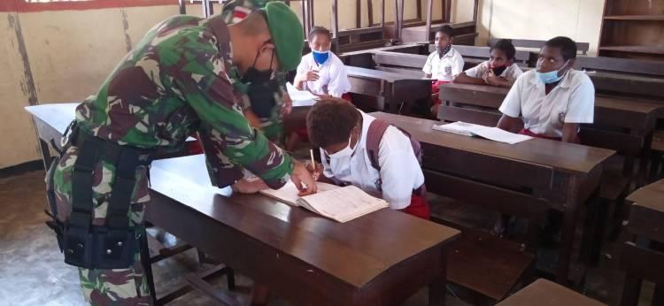 Prajurit TNI Yonif 125 Mengabdikan Diri Membantu Tenaga Pendidik di Sekolah Perbatasan