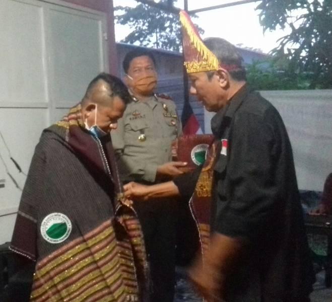DPP Perserikatan Bangso Batak Sedunia Apresiasi Ketua Pewarta Aktif Gerakan Sosial, Chairum Lubis SH Dipakaikan Ulos