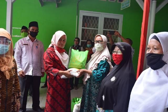 DWP Kemenag Kota Medan Berbagi Sembako untuk Warga Terdampak Covid-19