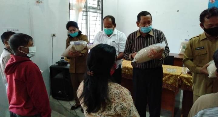 Bupati Samosir Serahkan Bantuan Bibit Padi untuk 400 Hektar Sawah di Samosir