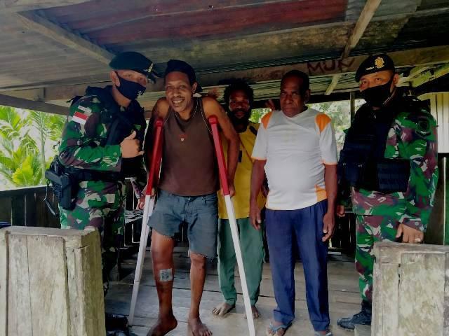 Satgas Bremoro Hadiahkan Tongkat Merah Putih untuk Warga Kampung Yowong Papua