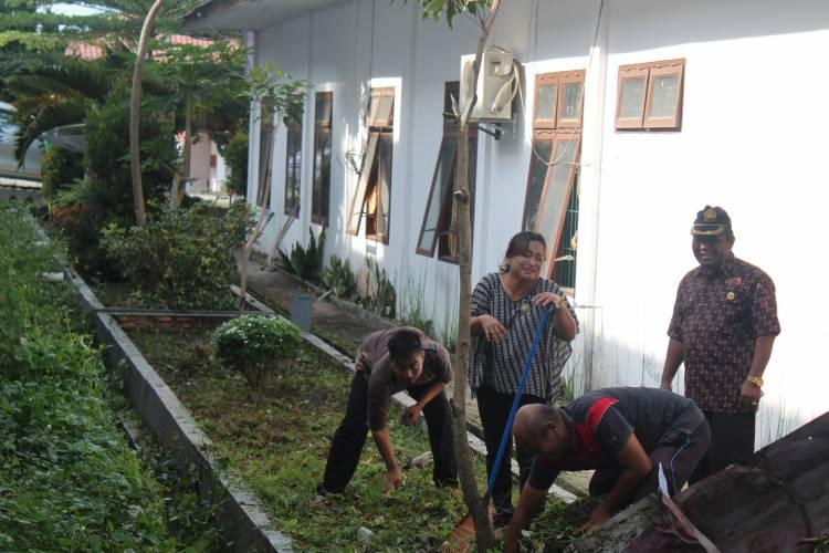 Kemenag Samosir Laksanakan Jumat Bersih, Lingkungan Kantor Bersih dan Sehat