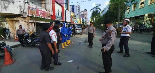 Sabhara Polrestabes Medan Kembali Semprot Disinfektan di Kawasan Pusat Pasar dan Medan Mall