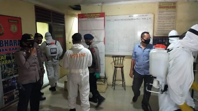 Brimob Polda Sumut Semprotkan Disinfektan di Mako Polsek Medan Baru