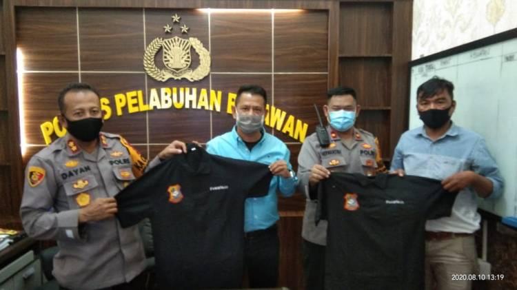 Chairum Lubis Serahkan Baju Pewarta ke Kapolres Pelabuhan Belawan, AKBP Muhammad R Dayan : Tetap Jadi Mitra Polisi dalam Pemberitaan Positif