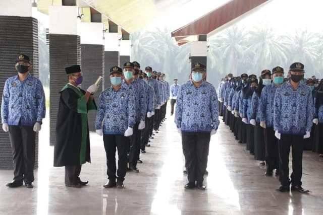 Kankemenag Labura sebagai Rohaniawan Pengambilan Sumpah Jabatan 216 PNS Labuhanbatu Utara