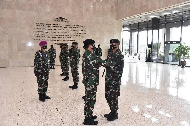Panglima TNI Sematkan Satya Lencana Wira Darma untuk 10 Personil Satgas Pamtas RI-PNG, Yonif Raider 300/Bjw