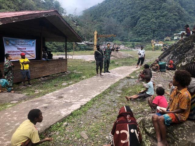 Satgas Yonif 754 Kostrad Kawal Pembagian BLT untuk Masyarakat Kampung Tsinga Papua