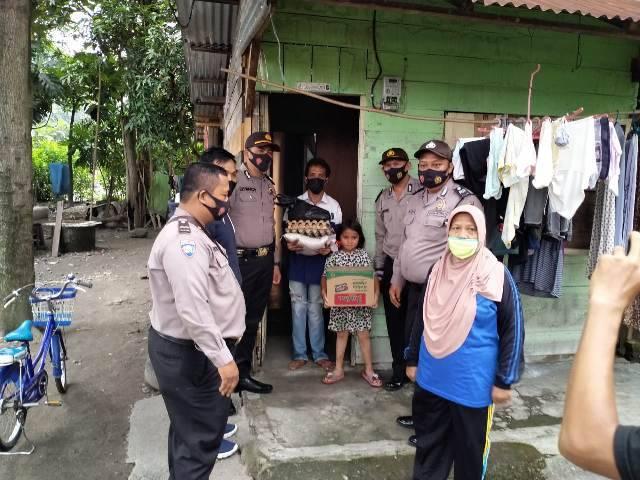 Bagikan Sembako untuk Warga Kurang Mampu, Ini Pesan Kapolsek Medan Timur