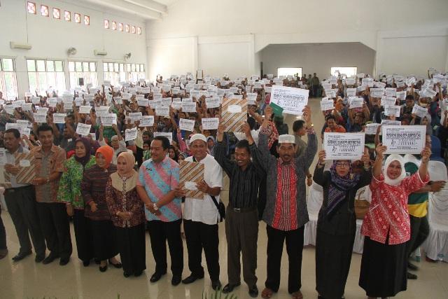 Bupati Labuhanbatu Serahkan Beasiswa Kepada 725 Anak Berprestasi