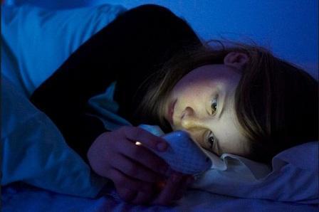 Awas, Main Gadget Sebelum Tidur Bisa Merusak Mata