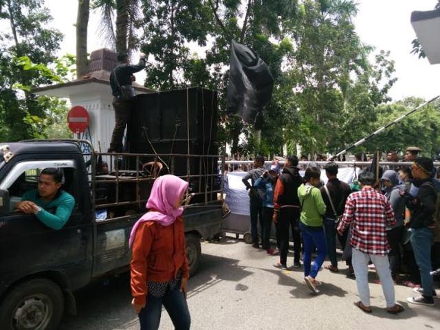 Dua Bulan Tak Gajian, Buruh Produsen Air Mineral Merk Indodes Demo ke Kantor Bupati