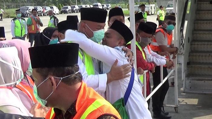 Jamaah Haji Kloter Pertama Debarkasi Medan Asal Langkat Tiba di Indonesia