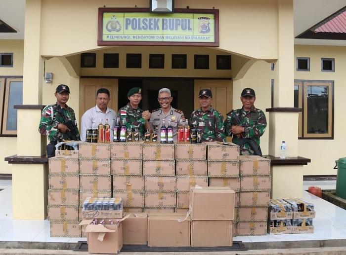 Ribuan Botol Miras Ilegal Tangkapan Satgas Pamtas RI-PNG Yonif/411 Kostrad Diserahkan ke Polsek Bupul