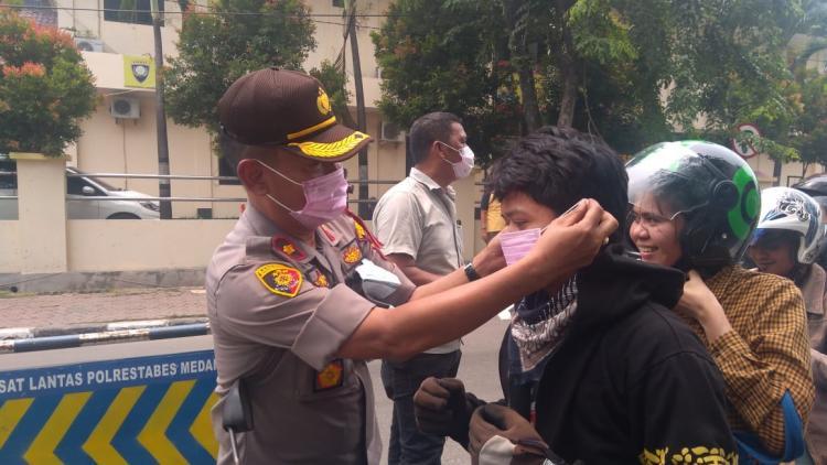Antisipasi Dampak Asap Karhutla, Polsek Medan Timur Bagikan 2.000 Masker