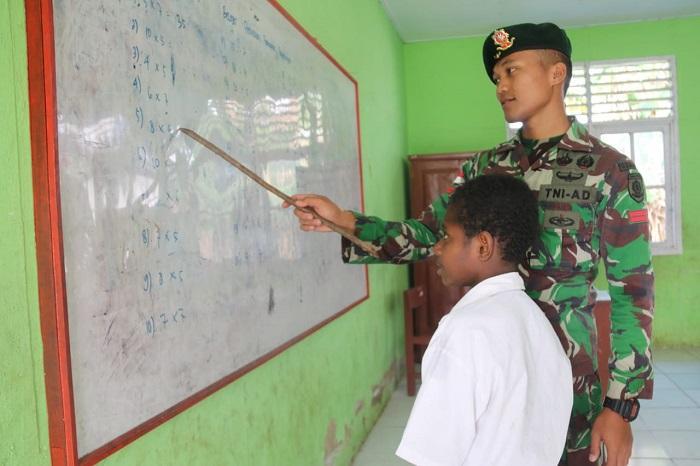 Satgas Yonif MR 411/Pdw Kostrad TNI Bantu Mengajar di Sekolah Perbatasan
