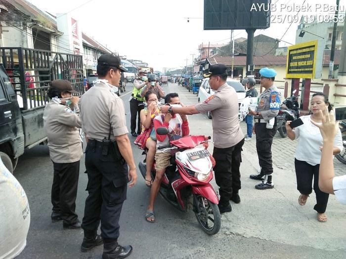 Polsek Pancurbatu Bagi-bagi Masker ke Pengendara di Jalanan