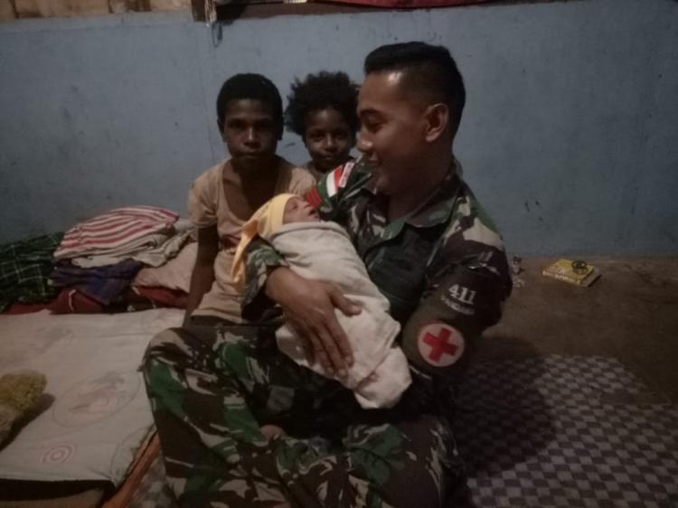 Personel Satgas Yonif MR 411 Pandawa Kostrad Bantu Persalinan Warga di Tapal Batas