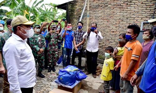 Gubernur Sumut Berikan 115 Paket Sembako untuk Korban Angin Puting Beliung