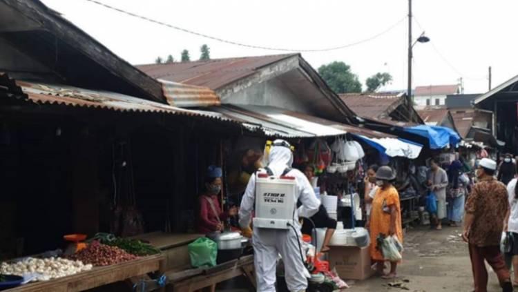 Pasar Simalingkar Jadi Lokasi Penyemprotan Disinfektan oleh Dit Samapta Polda Sumut